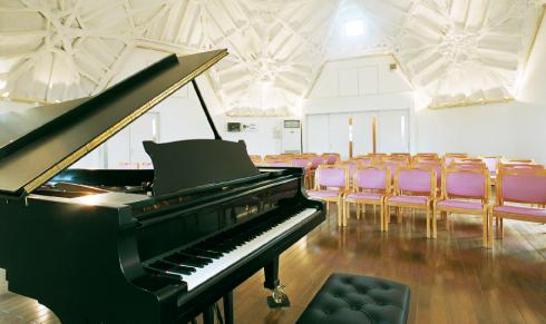 仙台ピアノ工房の木造ドームの内観とピアノ
